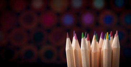 職場で目立つこと間違いなし!色鉛筆で作る花瓶とは?