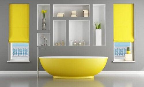浴室を黄色でデコレーション