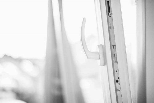 多くのメリットを持つPVC製の窓-白い開き窓