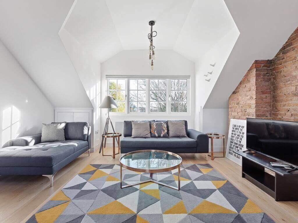 色を基調としたラグの色が特徴的な部屋
