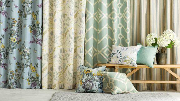 リビングルームにカーテンをかける独創的な方法