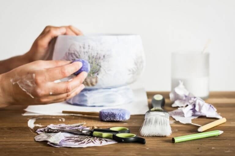 デコパージュを使用した箱とガラス瓶の装飾 箱の装飾