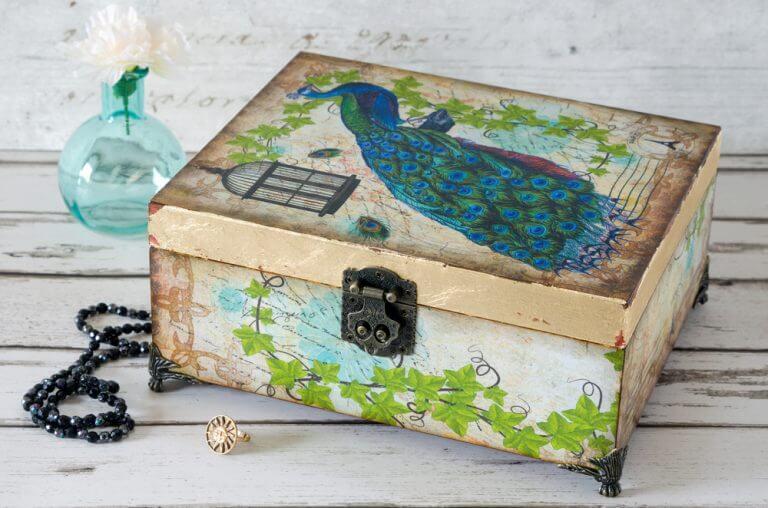デコパージュを使用した箱とガラス瓶の装飾 木箱
