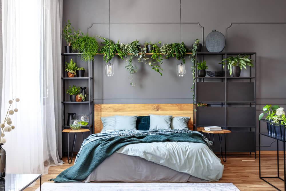 グレイの壁の寝室と木を融合させたアイディアデザイン