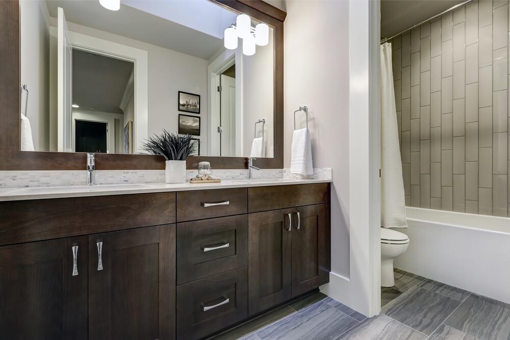 グレーとブラウンを組み合わせたインテリア 浴室