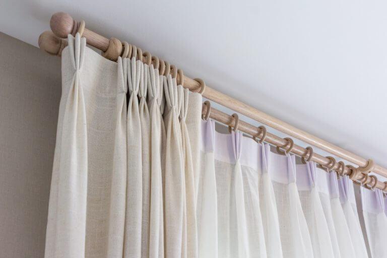 リビングルームにカーテンをかける独創的な方法 レール