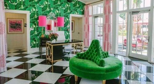 ピンクと緑を基調にした部屋