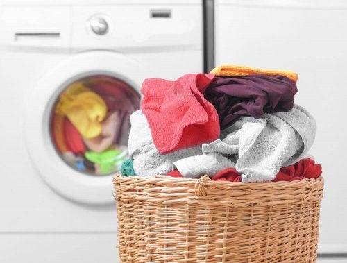 稼働中の洗濯機と洗濯物