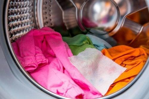 洗濯機の中の色物の衣服