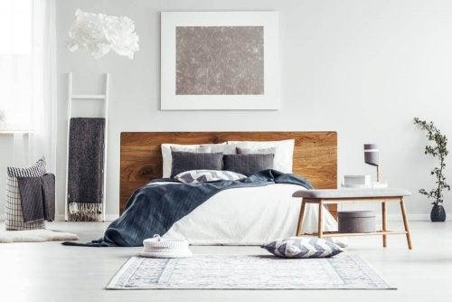 ベッドメイキングという芸術 白を基調にした寝室