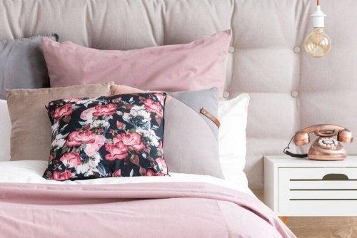 白とピンク基調としたベッド