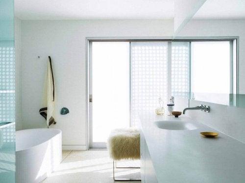 白の統一感のあるバスルーム