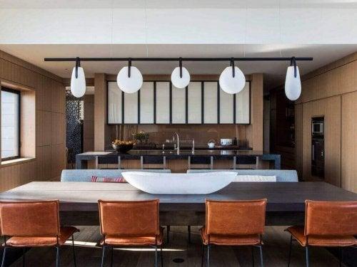 インテリアデザイナー: ニコール・ホリス 色んな形の照明がある部屋