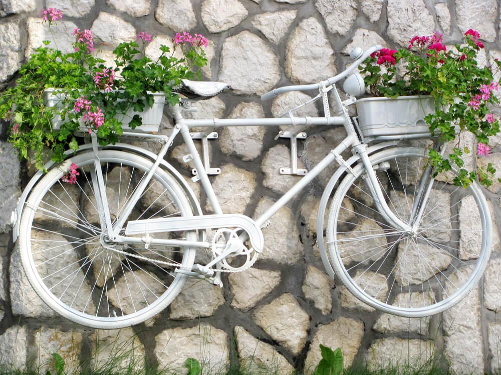 古い自転車をプランターに変身させる方法 白い自転車