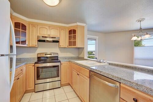 U字型キッチン:スペースを最大限に活用する方法 薄い色