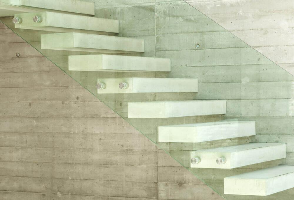 白いセメントの階段