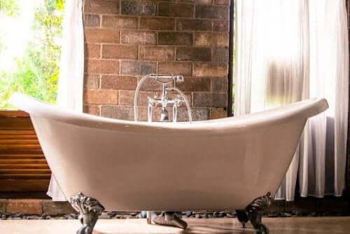 家にユニークさを加えるモダンスタイルの浴槽