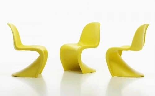 プラスチックによる一体成型の椅子「パントンチェア」