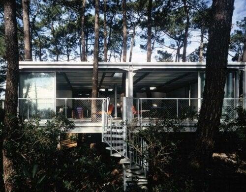 自然と融合した「キャップ・フェレの家」