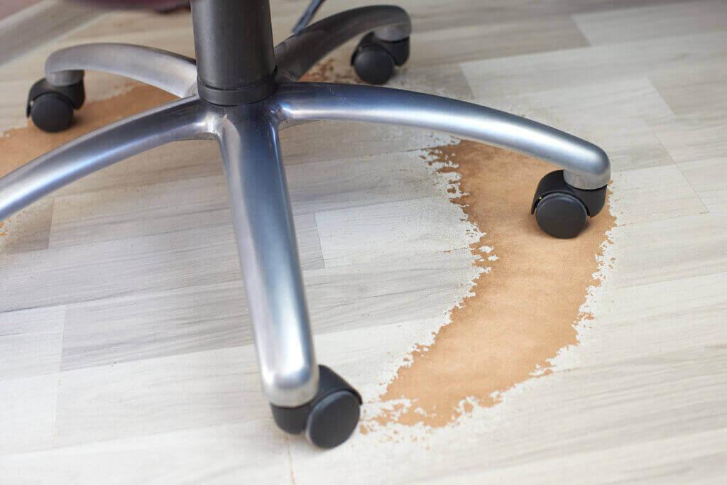 椅子で床を傷つけないようにするためには