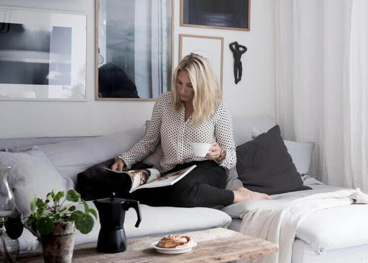 ソファーで雑誌を見る人 インテリアの参考になるインスタのアカウント