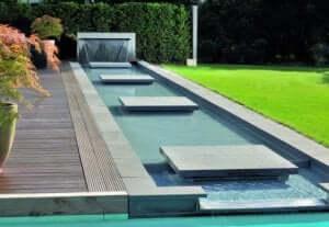装飾的要素のある水路:庭にぴったりのリル 中心的存在のリル