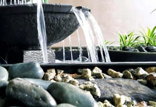 装飾的要素のある水路:庭にぴったりのリル
