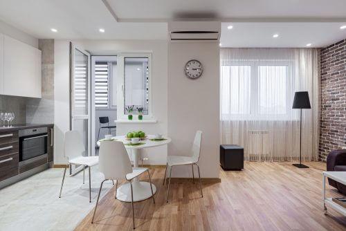 투명한 소품을 활용하면 거실을 두 공간으로 나누기 쉽다.