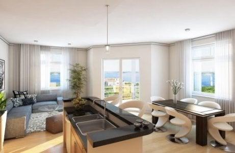 아일랜드 식탁을 활용하여 거실을 두 공간으로 나눌 수 있다.