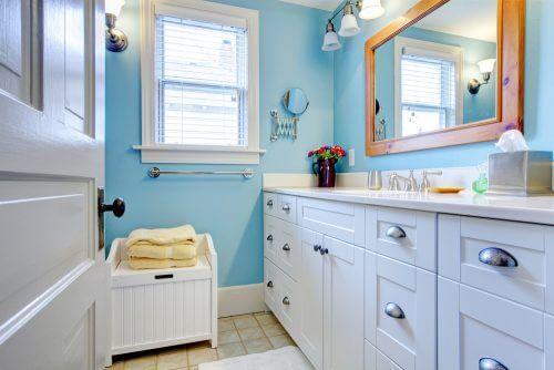밝은 하늘 색상의 정리된 화장실