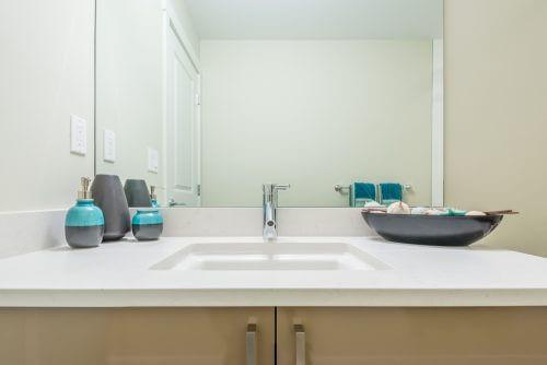 싱크대 위 청소를 통해 정리된 화장실 공간