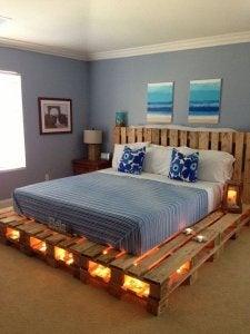 목제 팔레트를 활용한 시골풍의 침대 프레임 만들기의 예