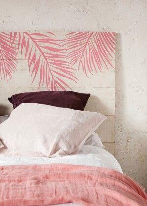 핑크와 화이트 톤을 섞어 표현한 나무판자 침대 헤드 보드