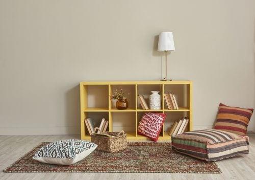 노란 책장과 러그를 활용한 독서 공간