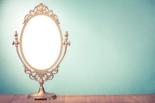 금색 장식의 빈티지 거울