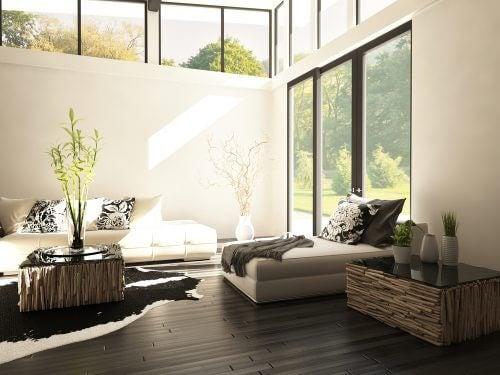높은 천장은 디자이너 거실의 또 다른 특징입니다.