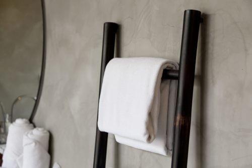 화장실에 수건을 거는 용도로 활용한 장식 사다리