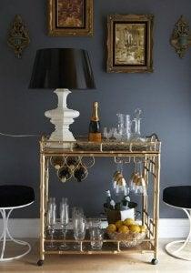 금색의 이동식 카트를 이용한 술병과 잔 정리