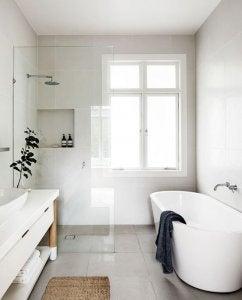샤워부스와 욕조가 있는 밝은 화장실