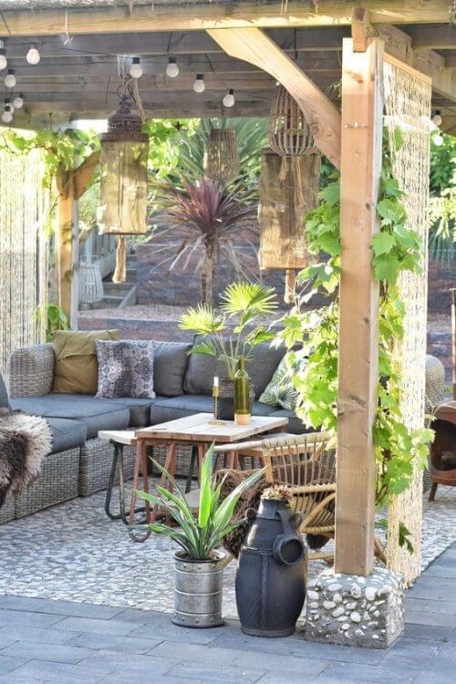 자연 소재로 꾸민 정원 휴식 공간