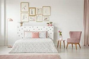 흰 벽을 가진 침실