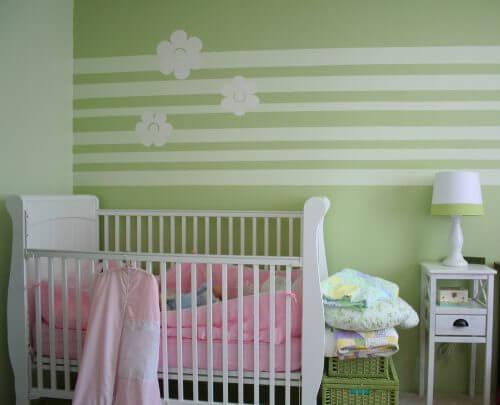 아기방 인테리어에 회색이 도는 초록색을 사용하는 것은 훌륭한 아이디어이다.