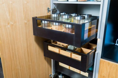 장식장을 이용하여 식료품 저장실로 사용할 수 있다.
