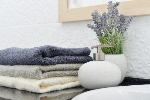 욕실 필수 아이템 중 하나로 액체 비누 용기를 꼽을 수 있다,