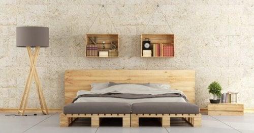 목재 팔레트로 미니멀한 침대를 만들 수 있다.