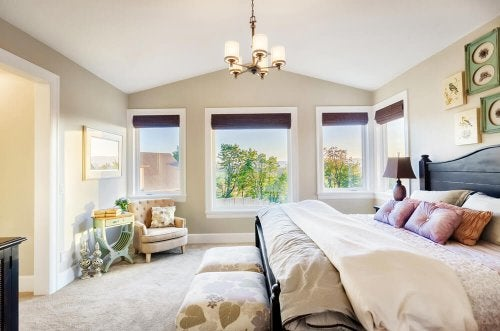 우아한 침실을 만드는 데 벽지나 페인트를 이용할 수 있다.