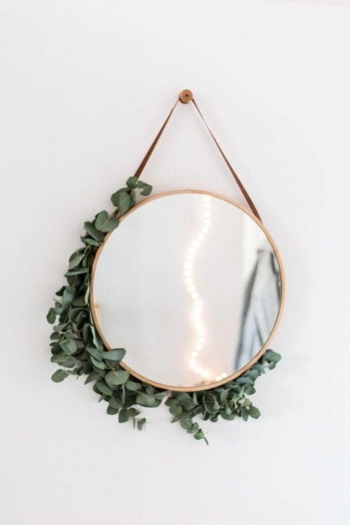 거울을 달면 작은 식사 공간이 넓어 보일 수 있다.