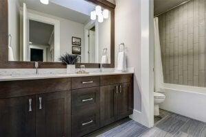 회색과 갈색의 화장실