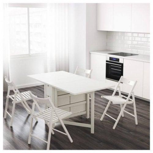작은 식사 공간에는 접이식 탁자를 둘 수 있다.