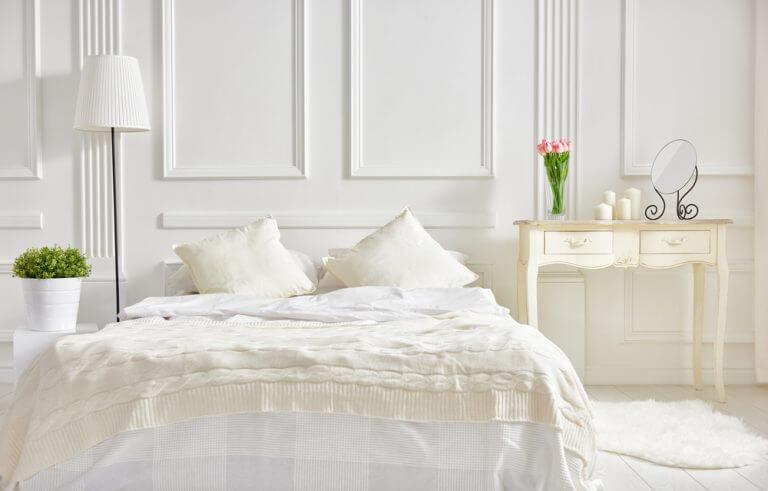 하얀색 배경의 침실 그리고 하얀색 침대